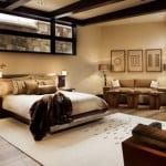 modernes schlafzimmer mit teppich beige und sofa beige-farbgestaltung schlafzimmer mit schwarzen deckenbalken