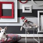 ideen für wandgestaltung mit weißen und roten bilderrahmen