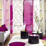 modernes wohnzimmer gestalten mit sofa und teppich in weiß-schwarze runde kaffeetische-gardinen weiß und violett