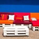 do it yourself möbel-weiße gartenmöbel aus paletten mit orangen und violetfarbigen kissen
