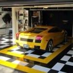 moderne garage mit fliesenboden in schwarz und weißen quadraten-boden in gelb und schwarz