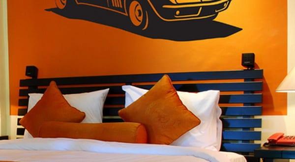 kinderzimmer streichen orange wand mit schwarzem auto wandtattoo freshouse. Black Bedroom Furniture Sets. Home Design Ideas