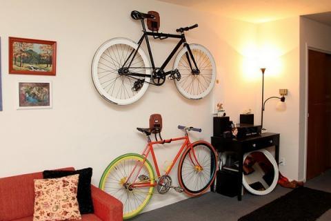 kleines wohnzimmer einrichten-fahrrad aufbewahrung ideen