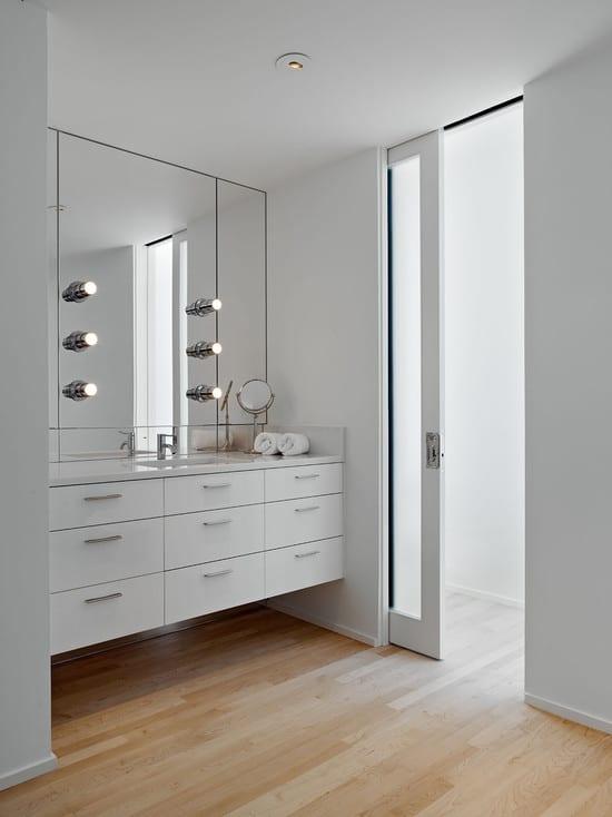 luxus badezimmer interior mit weißer schiebetür - fresHouse