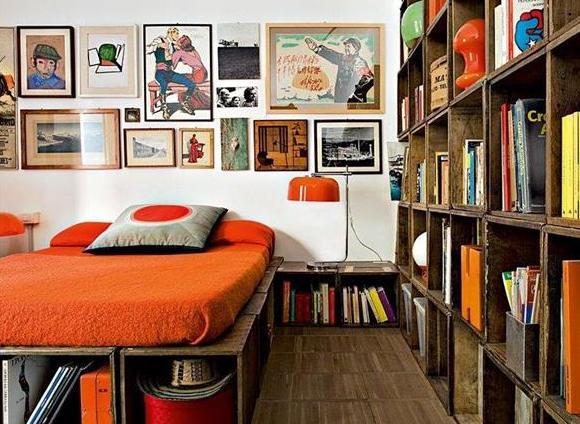 modernes schlafzimmer mit diy bett aus europaletten und diy b cherregal freshouse. Black Bedroom Furniture Sets. Home Design Ideas