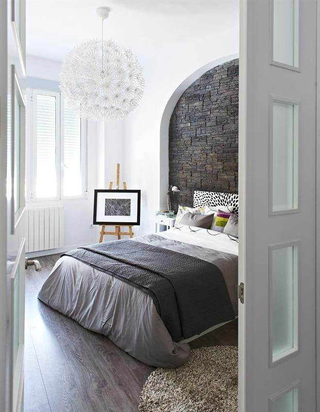 schlafzimmer grau mit natursteinwand freshouse. Black Bedroom Furniture Sets. Home Design Ideas