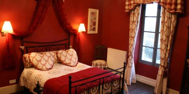 schlafzimmer rot-bett dekorieren mit roter bettdecke - fresHouse