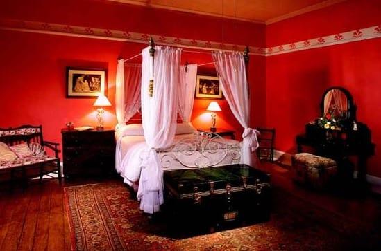 Schlafzimmer rot mit bett dekoration freshouse - Hochzeit schlafzimmer dekorieren ...