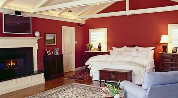 schlafzimmer rot mit sichtbarer dachkonstruktion   fresHouse