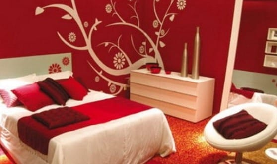 schlafzimmer wandfarbe rote wand mit wei em wandtattoo baum freshouse. Black Bedroom Furniture Sets. Home Design Ideas