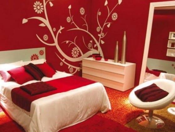 Schlafzimmer Wandfarbe-Rote Wand Mit Weißem Wandtattoo Baum