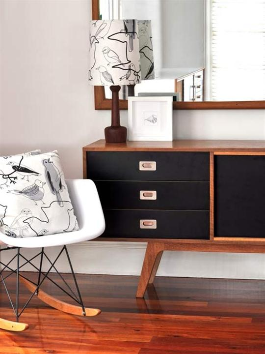 sideboard dekorieren sideboard schwarz aus holz freshouse. Black Bedroom Furniture Sets. Home Design Ideas
