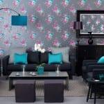 schöne wandfarben-modernes wohnzimmer mit schwarzen möbeln-blaue und graue kissen-stehlampe blau-wandspiegel mit schwarzem rahmen-graue wandtapete mit blumenmotiv