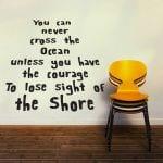gelber stuhl kombiniert mit holzboden und kreative wandgestaltung