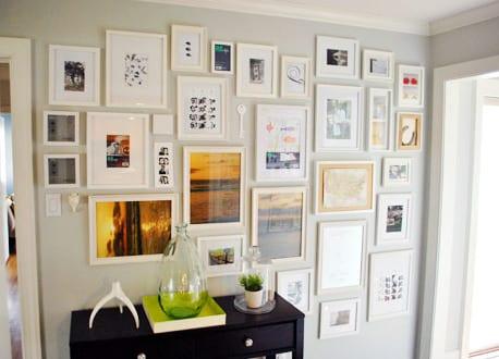wei e wand mit bilderrahmen dekorieren freshouse. Black Bedroom Furniture Sets. Home Design Ideas