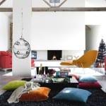 modernes wohnzimmer mit kamin und teppich schwarz-gelber stuhl