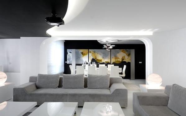 modernes wohnzimmer mit designersofa grau und schwarzer wand deckengestaltung schwarz wei mit deckenbeleuchtung luxus wohnzimmer - Stilvoll Luxus Wohnzimmer Aufbau