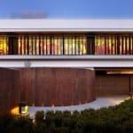 außenwand aus beton braun-modernes haus mit garten und rundwand braun-gartenideen