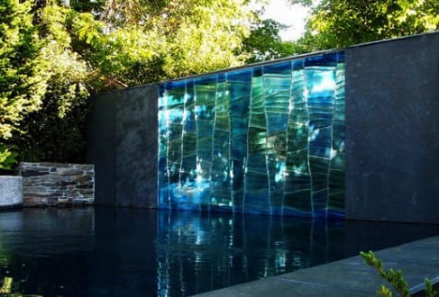 Schöne Gartenidee mit Außenwand-Wasserfall
