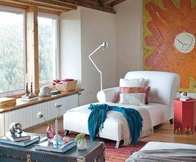 einrichtungsideen stylisches wohnzimmer mit dachschräge und blauer ...