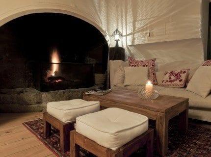 Einrichtungsideen wohnzimmer mit rustikalen holzhockern for Einrichtungsideen wohnzimmer
