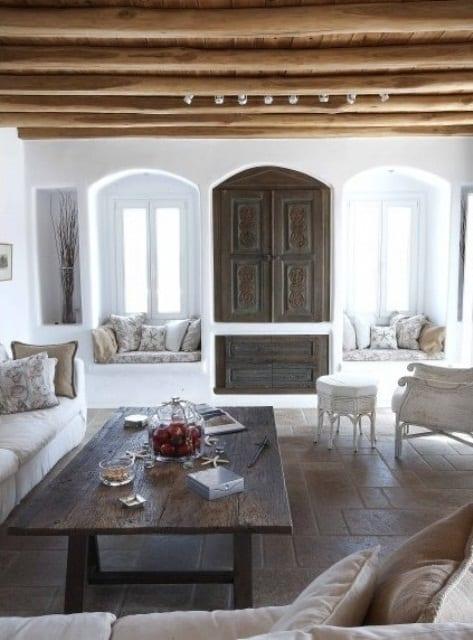 Elegante einrichtungsideen wohnzimmer mit fensternischen und eingebautem rustikalen holzschr nke - Elegante wohnzimmer ...