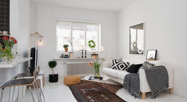 Kleines Appartement Mit Wohn Esszimmer Dekoriert Mit Sofa Weiß Und Moderne  Hängeleuchte