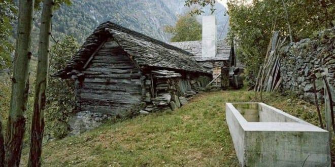 Kleines haus aus holz versteckt minimalistischem interior for Kleines wohnhaus aus holz