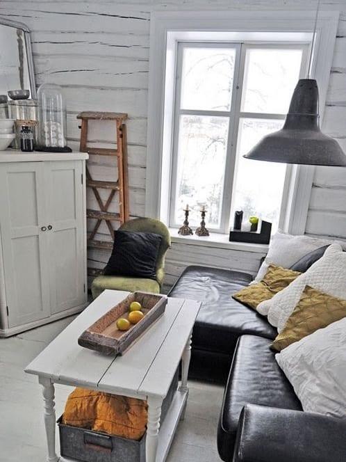 kleines wohnzimmer mit wei em holzboden und rustikale sideboard und couchtisch in wei freshouse. Black Bedroom Furniture Sets. Home Design Ideas