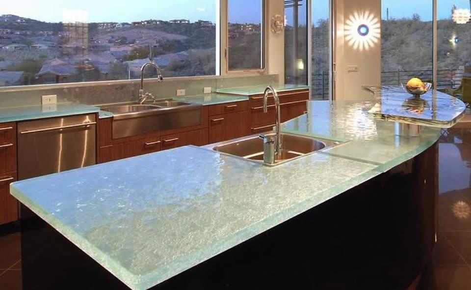 kochinsel mit küchenarbeitsplatte aus glas oberfläche - fresHouse