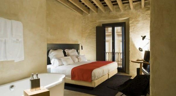 luxus schlafzimmer inspiration f r deckengestaltung mit holzbalken und badewanne im schlafzimmer. Black Bedroom Furniture Sets. Home Design Ideas