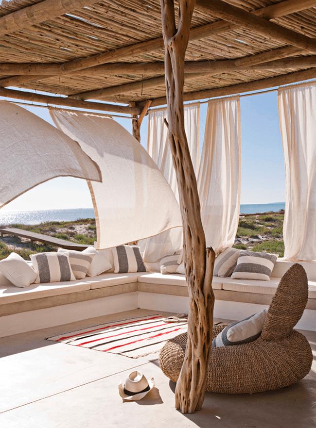mediterrane terrasse gestalten mit terrassen berdachung aus holz und babmus und wei en gardinen. Black Bedroom Furniture Sets. Home Design Ideas