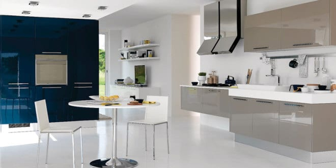 moderne küche grau mit Wand in der Wandfarbe blau - fresHouse