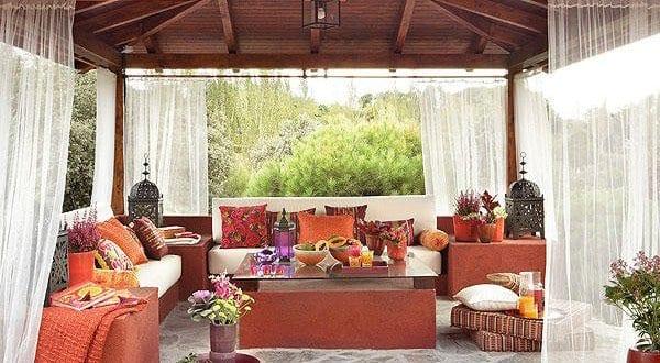 orientalische terrasse in rot gestalten mit satteldach holz freshouse. Black Bedroom Furniture Sets. Home Design Ideas