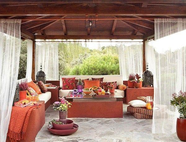 Balkon gestalten orientalisch  orientalische terrasse in rot gestalten mit satteldach holz ...