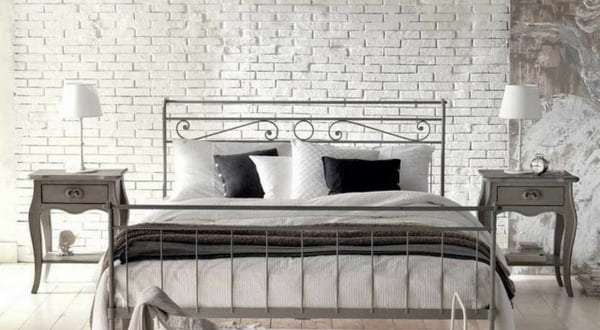Außergewöhnlich Schlafzimmer Inspiration Für Romantisches Schlafzimmer In Weiß Mit  Holzboden Und Ziegelwand In Weiß