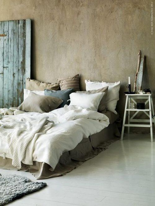 Schlafzimmer Inspiration Für Rustikale Schlafzimmereinrichtung Mit  Quinsizebett Und Beige Wandfarbe