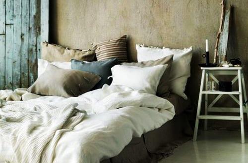 Schlafzimmer inspiration f r rustikale schlafzimmereinrichtung mit quinsizebett und beige - Beige wandfarbe schlafzimmer ...