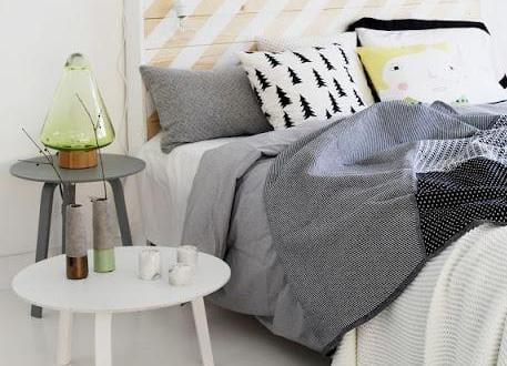 schlafzimmer inspiration f r sch ne schlafzimmer in wei und grau mit bett aus europaletten. Black Bedroom Furniture Sets. Home Design Ideas