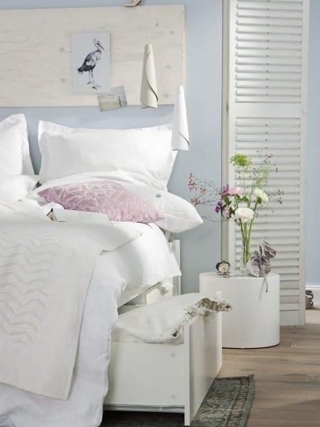 schlafzimmer inspiration mit wandfarbe hellblau und wandgestaltung mit holzplatte freshouse. Black Bedroom Furniture Sets. Home Design Ideas