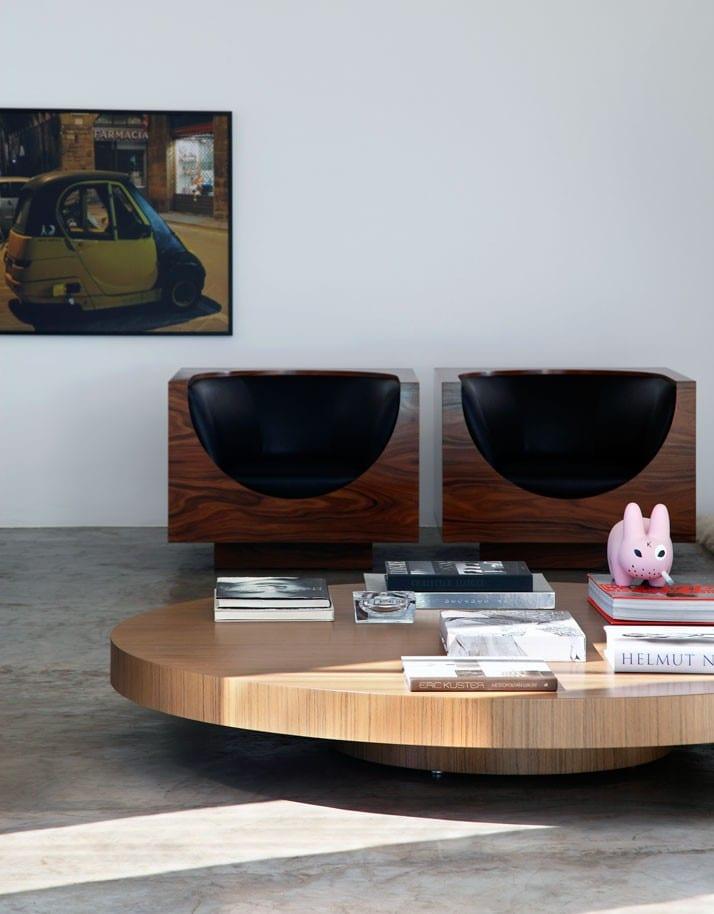 stylisches wohnzimmer mit rundem couchtisch holz und. Black Bedroom Furniture Sets. Home Design Ideas