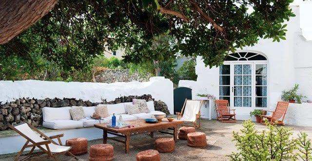 Terrasse gestalten mit natursteinboden und steinmauer mit for Sitzecke gestalten wohnzimmer