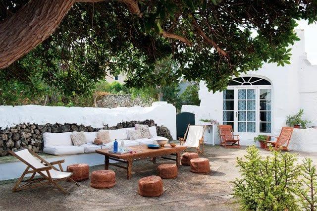 terrasse gestalten mit natursteinboden und steinmauer mit sitzecke freshouse. Black Bedroom Furniture Sets. Home Design Ideas