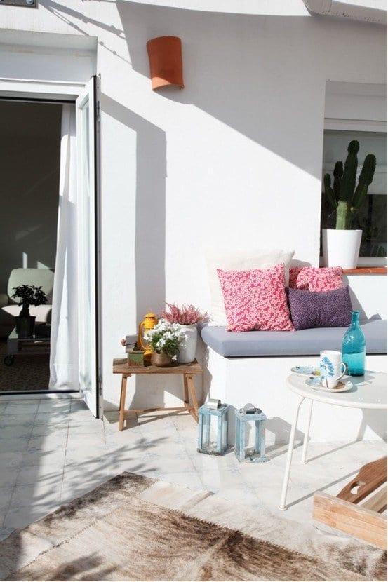 terrasse gestalten mit teppich und nebentisch holz freshouse. Black Bedroom Furniture Sets. Home Design Ideas