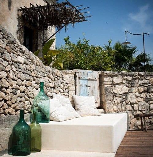 terrasse modern gestalten mit sitzecke wei und blauen glasflaschen freshouse. Black Bedroom Furniture Sets. Home Design Ideas