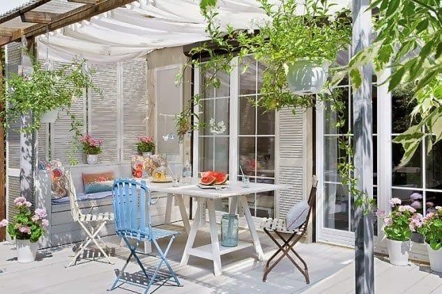 terrassen berdach aus holz und textil f r terrassenbeschatung einer wei er holzterrasse freshouse. Black Bedroom Furniture Sets. Home Design Ideas