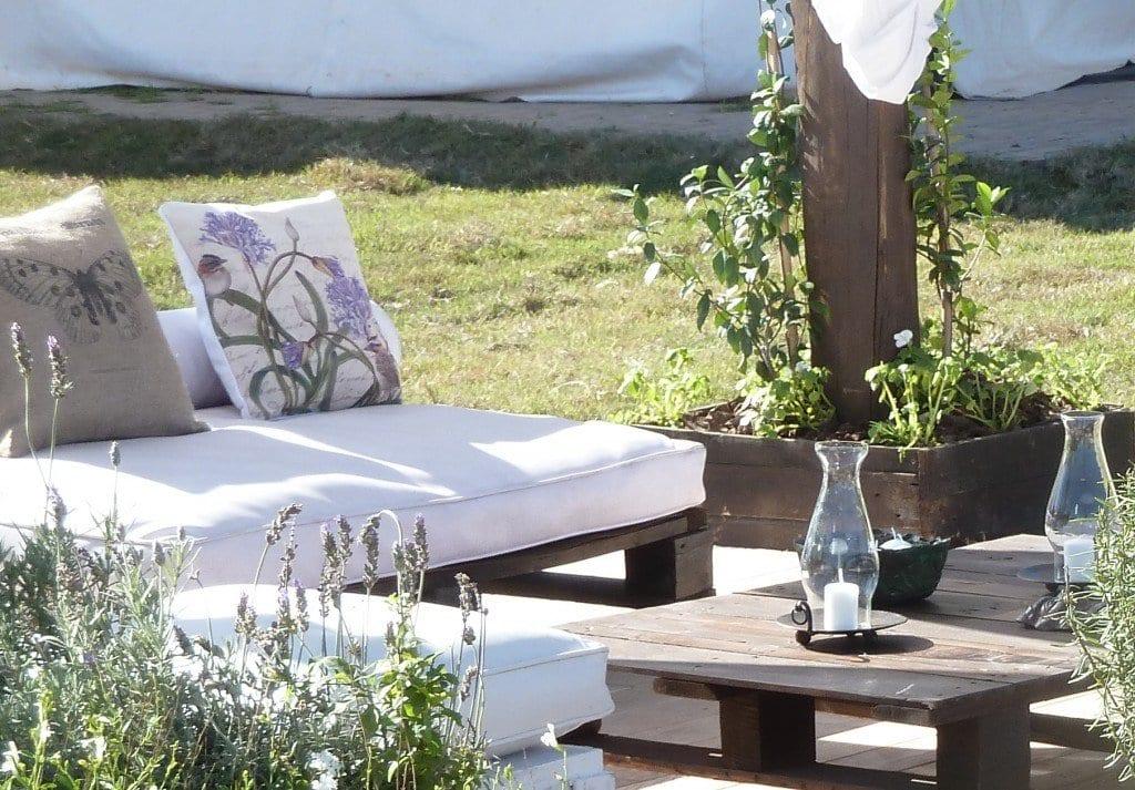 Terrassengarten Ideen Mit Gartenmöbel Aus Paletten In Braun Mit Weißen  Kissen Dekoriert