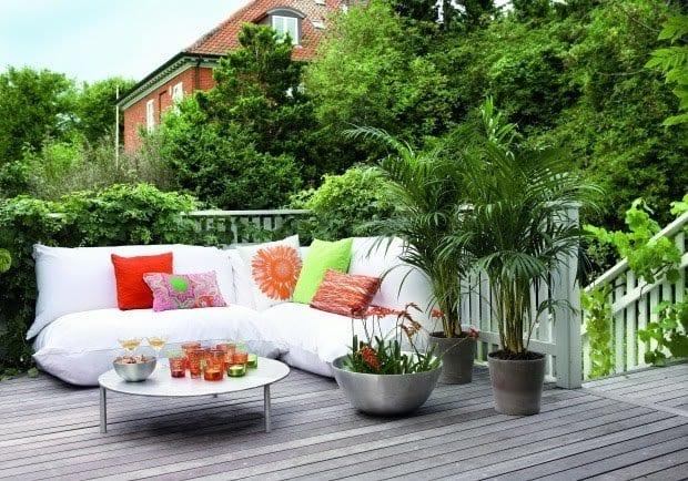 Terrassengarten mit grauer terrassendiele aus holz freshouse for Terrassengarten gestalten