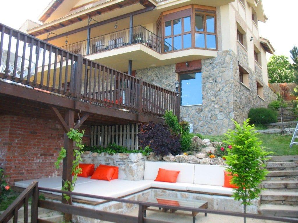 Terrassengarten mit sitzecke und liege aus naturstein mit for Terrassengarten gestalten