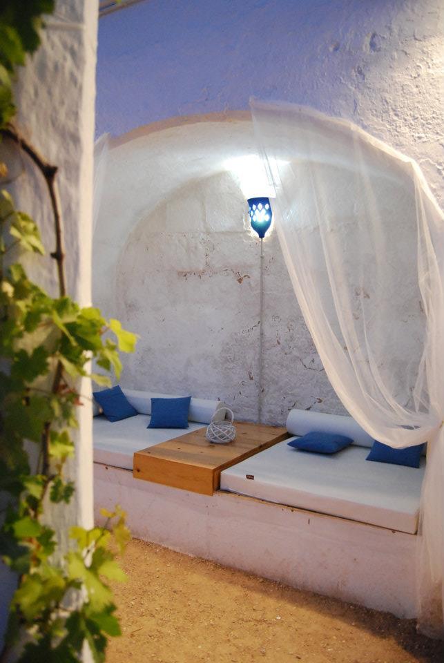 Traumgarten Idee Mit Sitzecke Weiß In Wandnische Mit Gewölbe Und Weißen  Gardienen